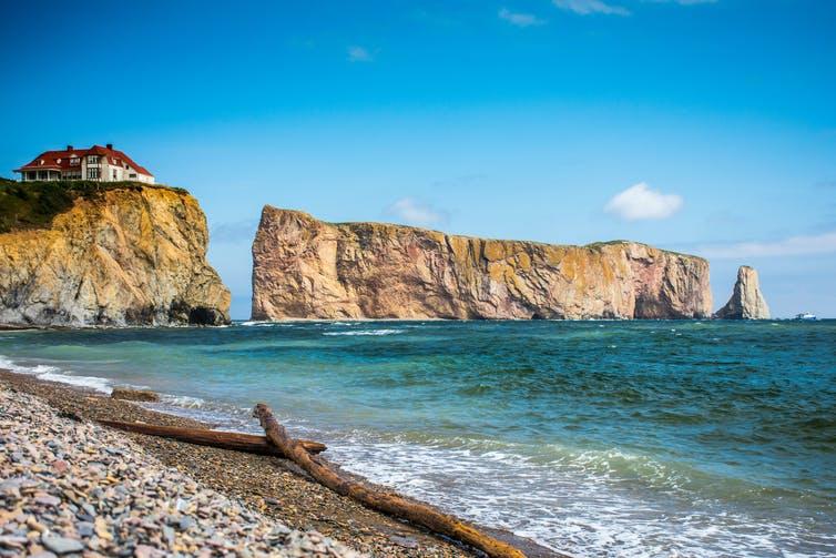 Une plage à Percé, en Gaspésie, avec le rocher percé en arrière-plan