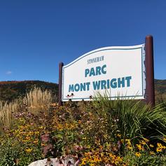 Affiche annonçant le parc Mont Wright à l'entrée du site.